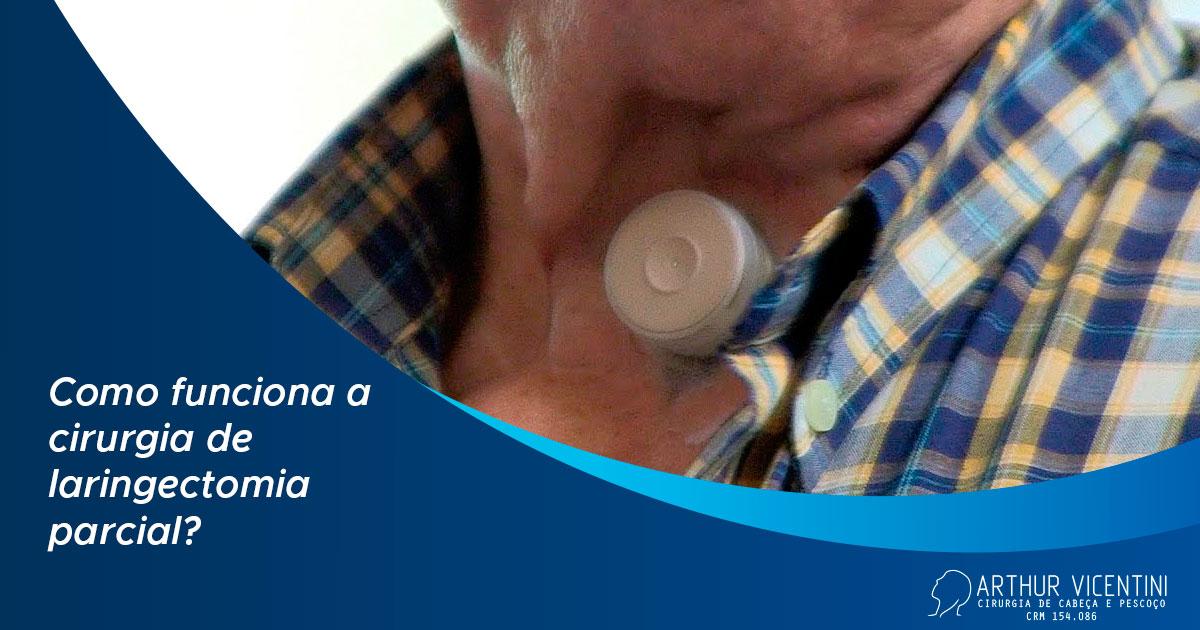 Ao fundo da imagem, há uma traqueostomia no pescoço de uma pessoa.