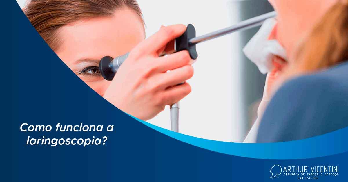Ao fundo da imagem há uma médica com um equipamento de laringoscopia para verificar o estado da paciente.