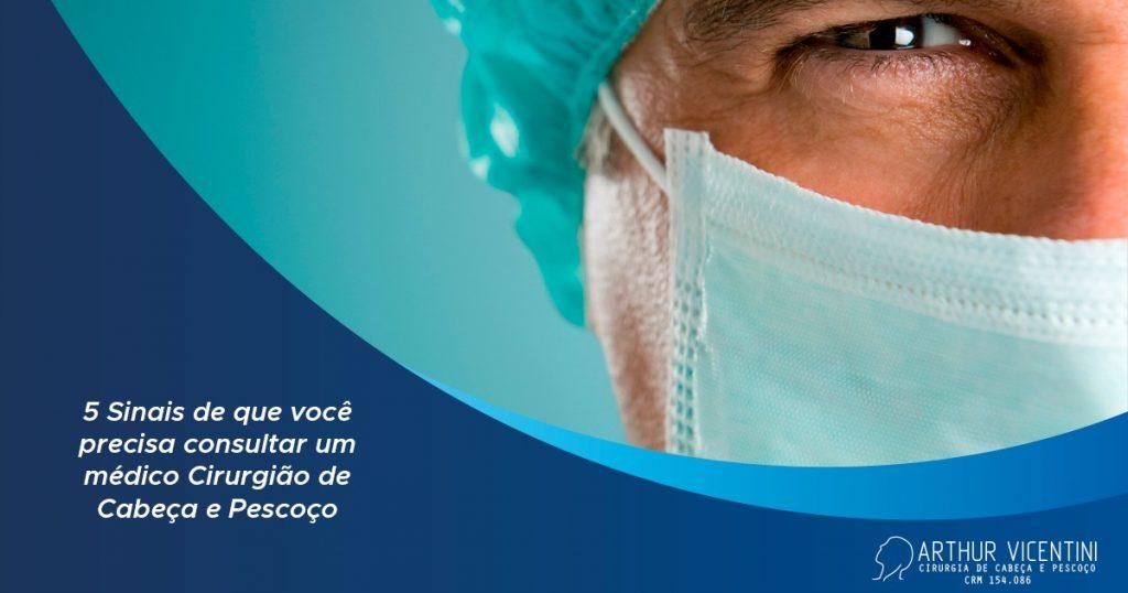 Ao Fundo Da Imagem, Há Um Médico Com Máscara.
