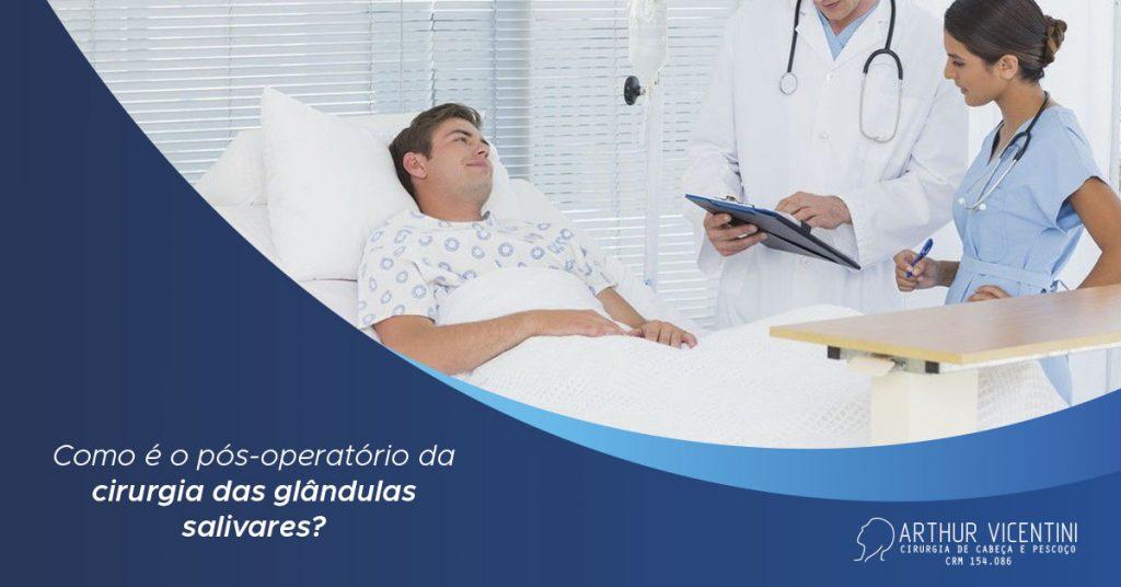 Ao Fundo Da Imagem, Há Um Homem Deitado Na Cama De Hospital, Enquanto Tem Dois Enfermeiros A Sua Frente Com Pranchetas Na Mão.