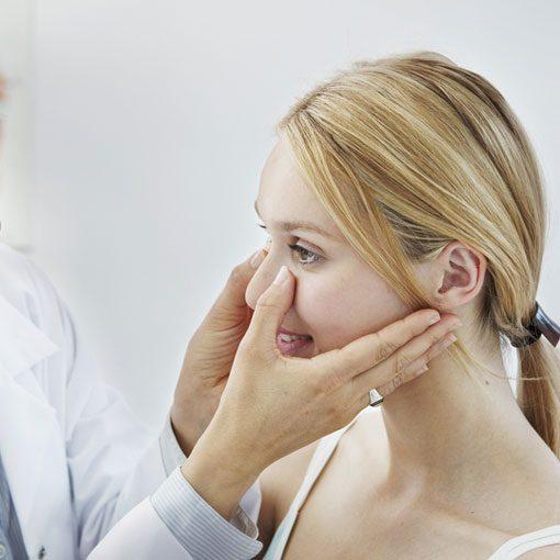 A Imagem Mostra Um Doutor Avaliando Uma Paciente.