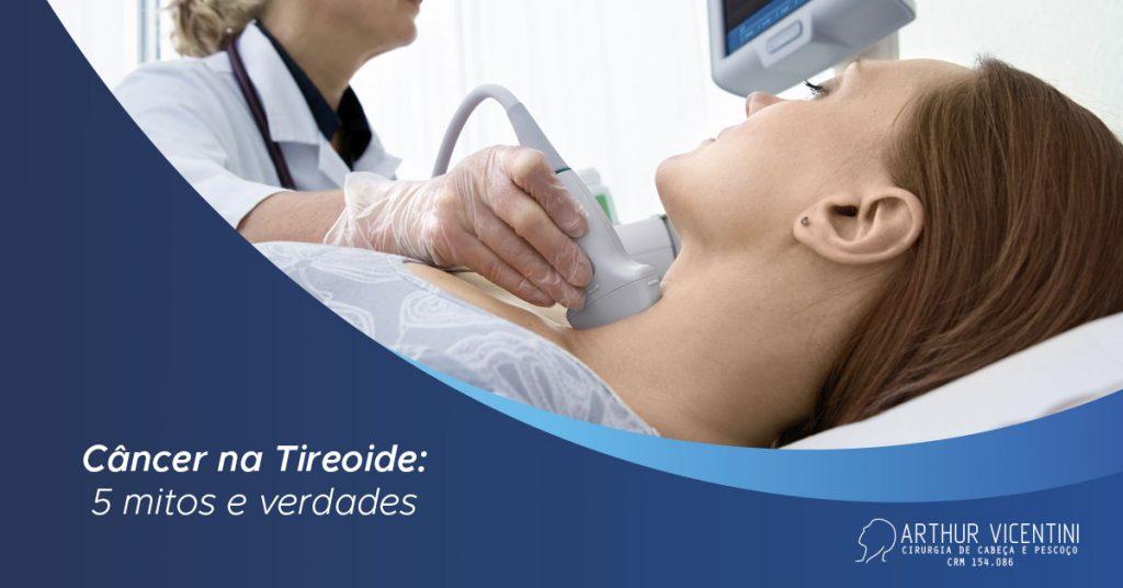 A Imagem Mostra Uma Paciente Fazendo Um Exame De Imagem Com Um Médico Especializado.